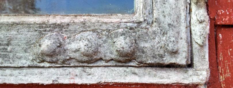 I Den Fynske Landsby bevarer man de gamle lag, men hvis det ikke var et museum, ville man fjerne den gamle maling ved at varme den op og skrabe den af, inden man igen malede vinduet. Foto: Sidse Stephensen