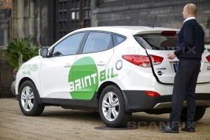 En brintbil er en bil, som bruger brint som brændstof. Bilen drives af en elektrisk motor, der får sin strøm fra en brændselscelle i stedet for et batteri. Brintbiler anses som gode bybiler, da bilen ikke udleder af CO2 eller andre forurenende stoffer. Kilde: Scanpix