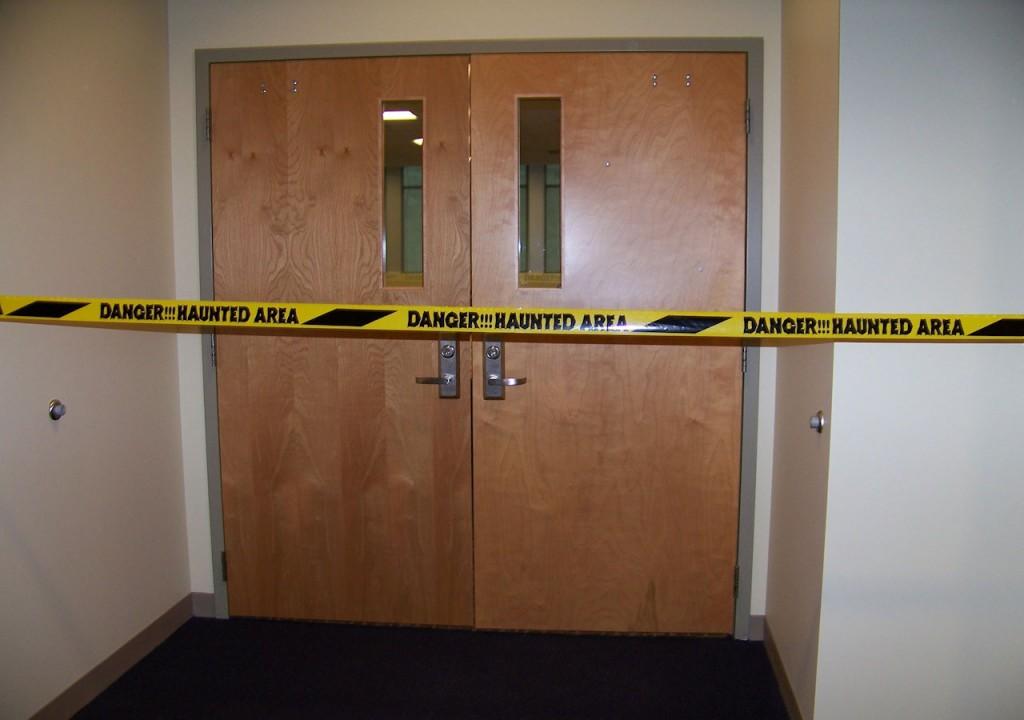 Det er vigtigt altid at spørge om tilladelse, inden man drager på spøgelsesjagt. Foto: all-free-downloads.com