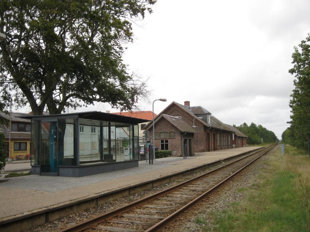 Den gamle stationsbygning er i dag så faldefærdig, at det kan være farligt at færdes derinde. Foto: Alicudi, Wikipedia