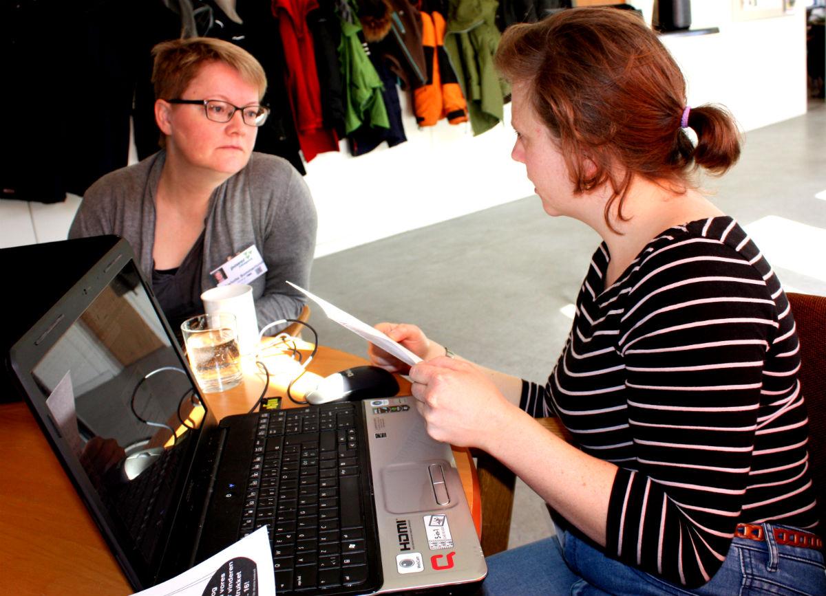Charlotte Sommerlund (tv) og Cecilie Hatting søger job inden for kommunikation. Derfor har de valgt at arbejde for kommunikationsgruppen.