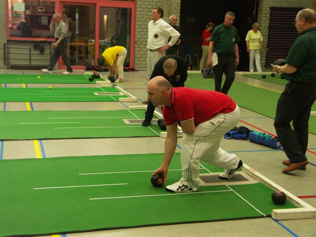 En bowls-spiller gør klar til at kaste.