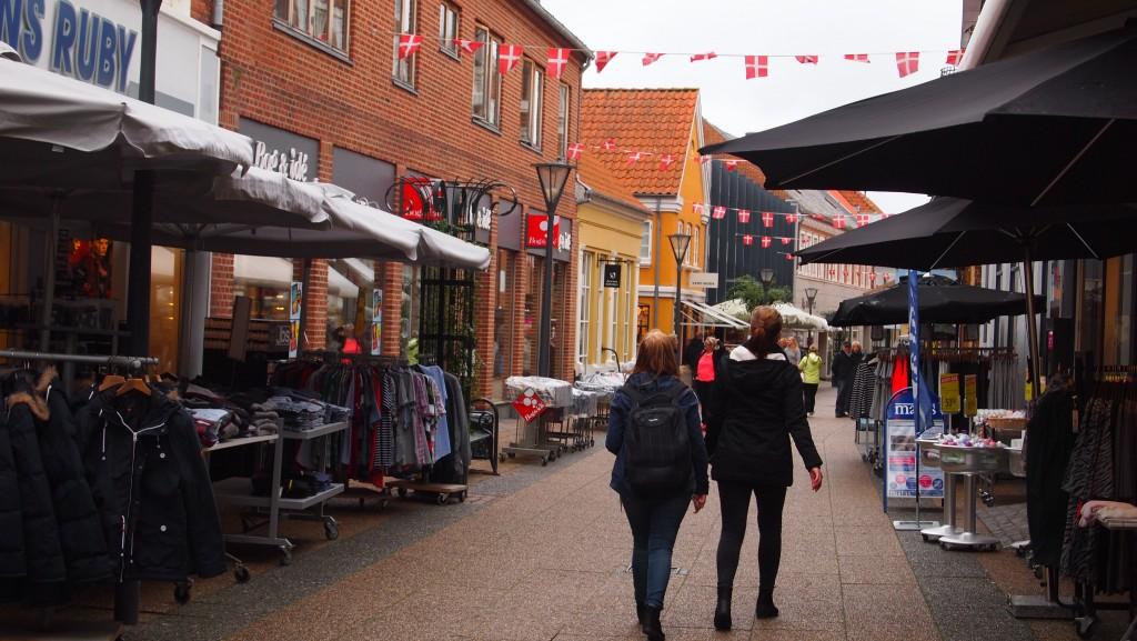 Ringkøbing er by med 9717 indbyggere. Byen er lille, men i 2007 viste en undersøgelse, at det var Europas lykkeligste.
