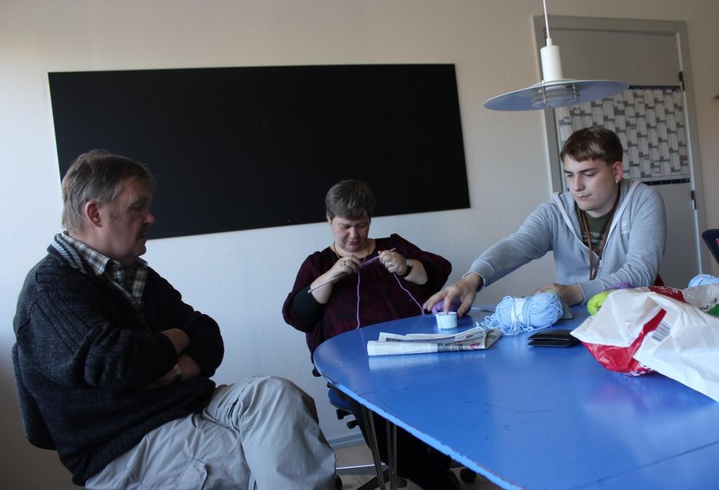 Hans Jørgen (t.v.) på 62 år ærgrer sig over, at der er skåret ned på ferieture. Randi (i midten) på 44 år ønsker at kunne komme på diskotek. Alex (t.h.) på 21 år vil gerne have, at der er nogen, der kommer og siger godnat. Foto: Mia Sylvester Augustinus