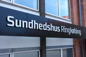 Foran Sundhedshuset i Ringkøbing er der delte meninger omkring brugerbetaling hos lægen. Foto: Anna Bernsen Jakobsen