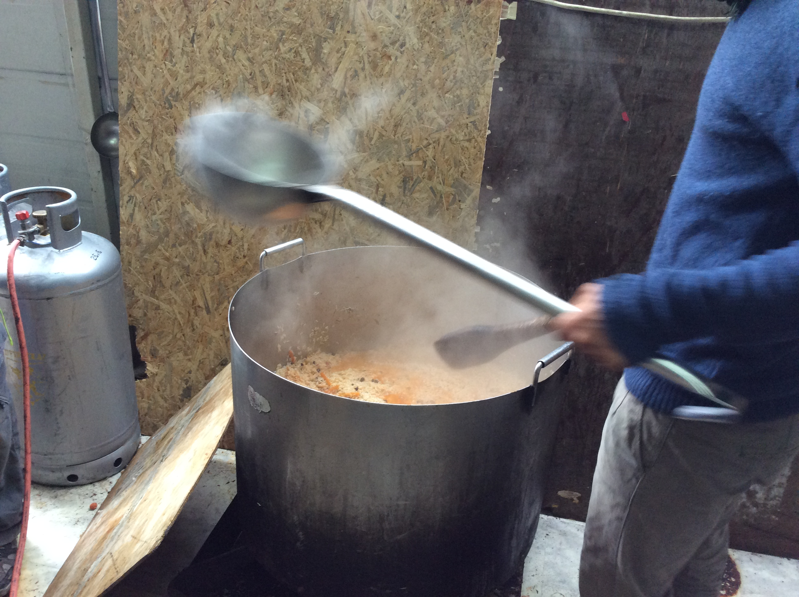 In the Social Center, Syrians and Afghans cook about 600 meals a day. (Photo: Christoph Donauer)
