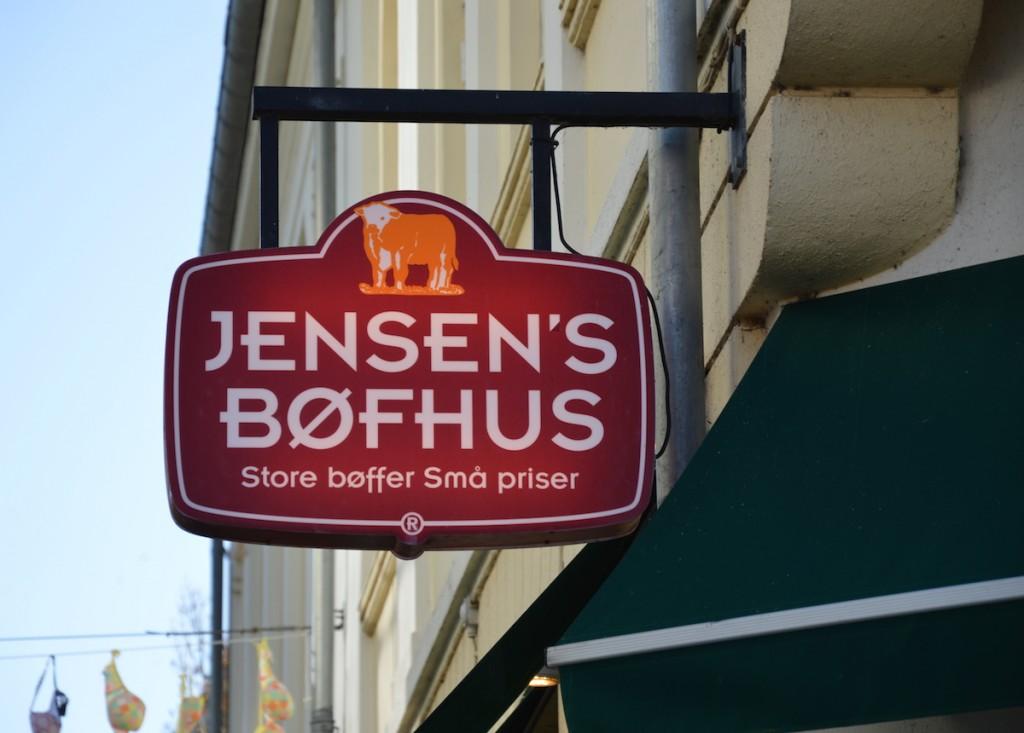 Skiltet lyste på fuld kraft ved Jensen's Bøfhus i Holstebro torsdag middag. Oprøret på de sociale medier mærker de intet til i Vestjylland. Foto: Jonas Rimer Hansen