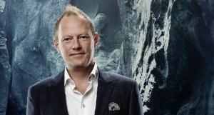 Direktør i Team Tvis Holstebro, Jacob Jørgensen, fortæller at spillerne med det nye tv blandt andet kan få lov at hænge hinanden ud på forskellige områder. Foto: Team Tvis Holstebro.