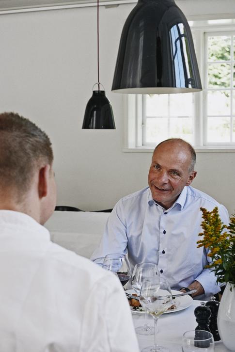 Søren Gade deltog i sommeren i en vestjysk kogebog. Som betaling måtte han vælge en gruppe mennesker at donerer en middag til. Foto: Pia Enghild